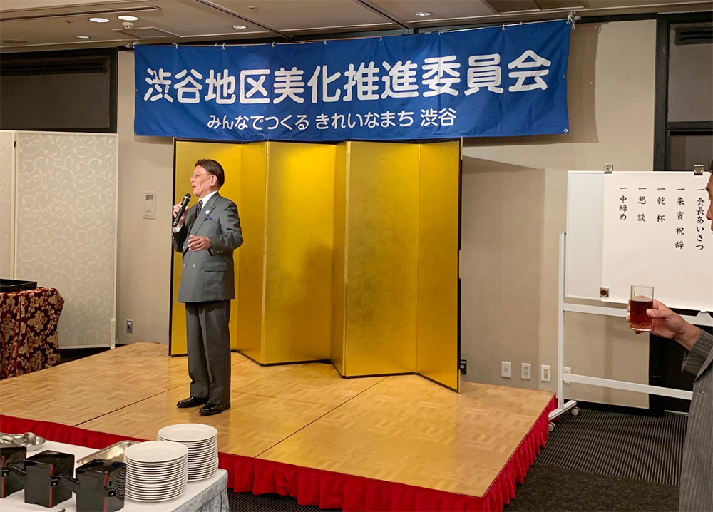 5月30日、渋谷地区美化推進委員会の総会が開かれました。功労者には長谷部区長より表彰状が手渡されました。月末からは総会シーズンに突入です。